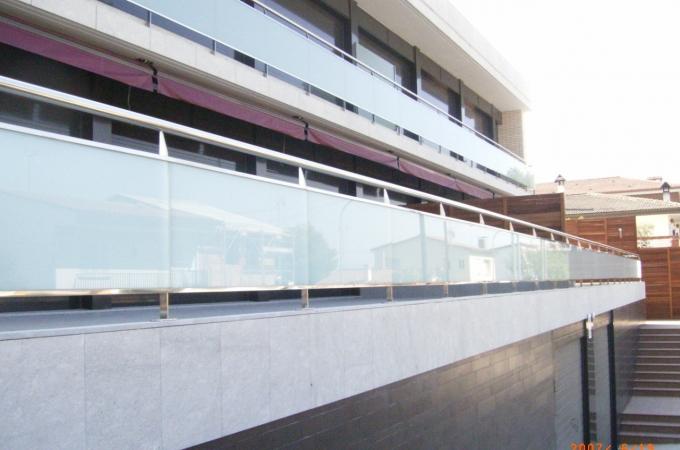 Balcones acero inox y vidrio servitja for Modelos de comedores de vidrio