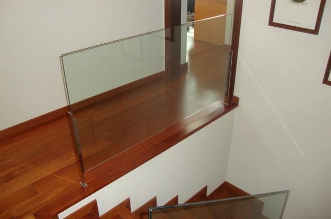 Barandillas de acero inoxidable madera y cristal car interior design - Barandilla cristal escalera ...
