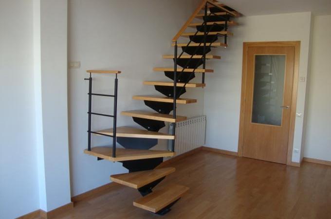 Zanca central servitja for Escaleras voladas de madera