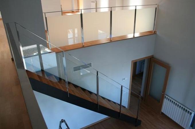 Zancas metalicas y pelda os madera servitja - Escaleras de cristal y madera ...