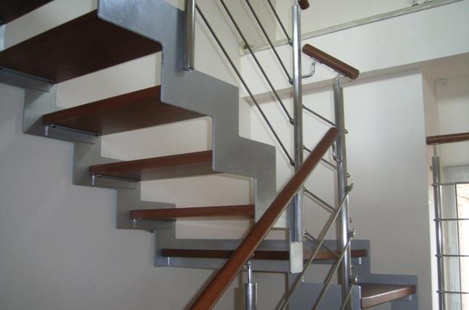 Zancas metalicas y pelda os madera servitja for Gradas metalicas para interiores