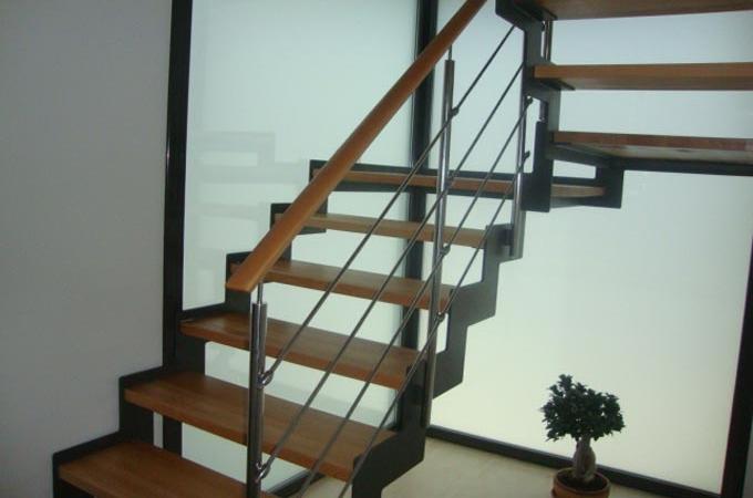 Zancas metalicas y pelda os madera servitja for Escaleras para exteriores de madera