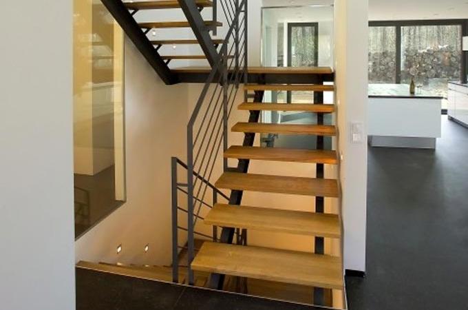 Zancas metalicas y pelda os madera servitja for Escalera de metal con descanso