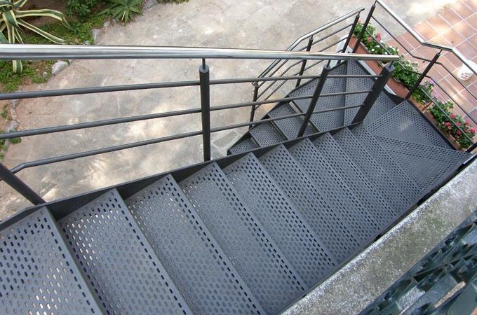 Escaleras exterior servitja for Imagenes de escaleras metalicas