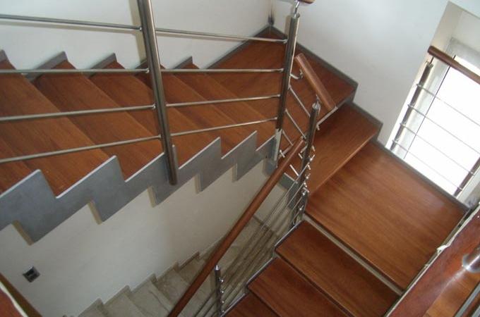 Zancas metalicas y pelda os madera servitja - Escaleras de interior de obra ...
