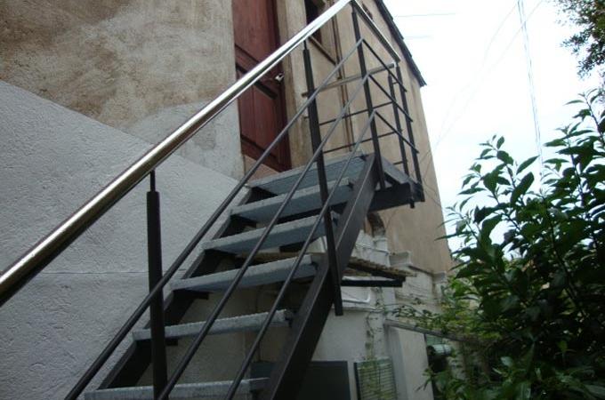 Escaleras exterior servitja for Escaleras de metal para exteriores
