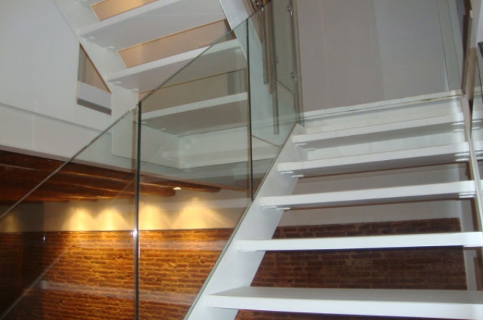 Zancas met licas con pelda os de madera y baranda de vidrio servitja - Escaleras con peldanos de madera ...